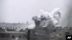 业余人士拍摄的视频显示霍姆斯一个城镇遭到炮击