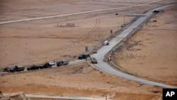 2일 시리아 고대도시 팔미라에서 정부군과 ISIL 간의 교전 중 정부군이 전열을 갖추고 있는 모습을 시리아 관영 사나 통신이 보도했다.