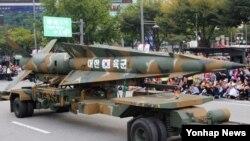 1일 한국 건군 65주년 국군의 날 기념 시가행진에서 현무 미사일을 실은 차량이 서울 세종대로를 지나고 있다.