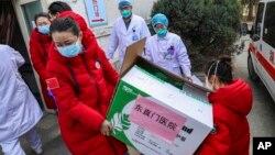 Para petugas kesehatan di rumah sakit Wuhan menerima donasi peralatan medis dari Beijing, China (foto: dok).