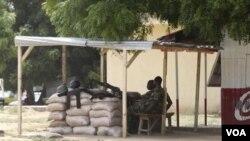 Pasukan Nigeria melakukan penjagaan keamanan di Maiduguri, Nigeria utara yang sering menjadi ajang bentrokan etnis (28/9).