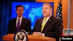마이크 폼페오 미국 국무장관과 샘 브라운백 국제종교자유 담당 대사가 지난 5월 국무부에서 연례 국제종교자유보고서를 발표했다.