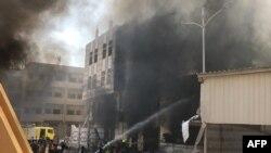 Des pompiers yemenis essaient d'éteindre un incendie après une explosion dans la ville d'Aden, le 14 novembre 2017.
