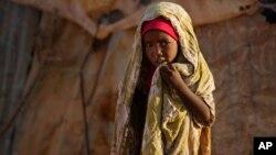 Una niña somali aparece en un campo para desplazados por la sequía y la hambruna en Somalia. 5 millones de personas en el Cuerno de África necesitan ayuda.