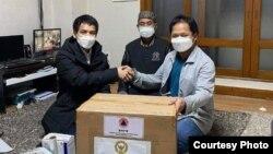 Yudi Santosa (kiri) bersama tim bagi-bagi masker di Korea Selatan (dok: Yudi Santosa)