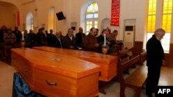 Người Iraq tham dự tang lễ của hai nạn nhân thiệt mạng trong 1 vụ đánh bom hôm thứ Năm tại nhà thờ St George Chaldea ở phía đông Baghdad, 31/12/2010