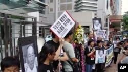 Para aktivis Hongkong melakukan unjuk rasa untuk memperingati 23 tahun demonstrasi di Lapangan Tiananmen, Beijing (27/5).