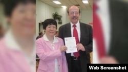 《台灣公報》編輯韋傑理和他的台籍妻子陳美津 (視頻截圖)