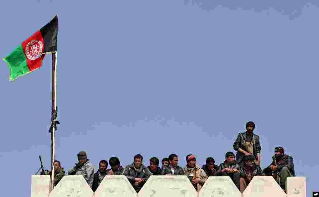 아프가니스탄 카불 외곽에서 대통령 후보 압둘라 압둘라의 유세가 벌어진 가운데, 경호원들이 연설을 듣고 있다. 아프가니스탄 대통령 선거는 다음 달 열린다.