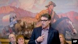 La campaña del gobernador Perry se ha visto afectada por la falta de fondos y la baja popularidad entre los votantes.