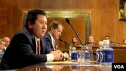 2017年11月15日,美国第五巡回上诉法院法官被提名人何俊宇在美国参议院司法委员会听证会上回应问题。(美国之音记者扬之初摄)