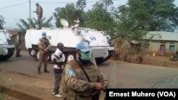 Accès interdit au campement de fortune sur la route des ressortissants Burundais, près de Kamanyola, RDC, le 17 septembre 2017. (VOA/Ernest Muhero)