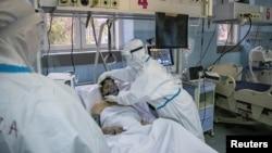 Arhiva - Zdravstveni radnici zbrinjavaju pacijenta obolelog od Kovida 19, u Zemunskoj bolnici u Beogradu, 26. novembra 2020. (Foto: Rojters, Marko Đurica)