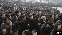 Người dân Bắc Triều Tiên đã tới bày tỏ lòng tiếc thương trước các bức ảnh và tượng đài của người mà họ gọi là cố 'Lãnh tụ Kính yêu'.