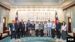 台灣總統蔡英文週一在總統府會見了中國民運人士。(陳破空提供)
