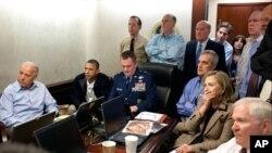 ປະທານາທິບໍດີໂອບາມາ ແລະຮອງປະທານາທິບໍດີ Joe Biden, ພ້ອມທັງພວກທີ່ປຶກສາດ້ານຄວາມໝັ້ນຄົງອື່ນໆ, ຕິດຕາມເບິ່ງການປະຕິບັດງານໂຈມຕີນາຍ Osama bin Laden ໃນຫ້ອງ Situation Room ທີ່ທໍານຽບຂາວ, ວັນທີ 1 ພຶດສະພາ 2011.