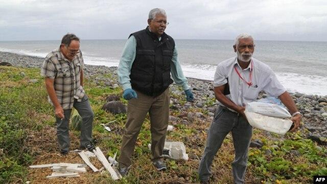 Búsqueda de más escombros en la playa Saint-Andre en la isla de La Reunión.