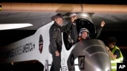 Phi công Andre Borschberg (trái) chào đón phi công Bertrand Piccard trên chiếc Solar Impulse tại phi trường Sky Harbor ở Phoenix, Arizona, ngày 4/5/2013.
