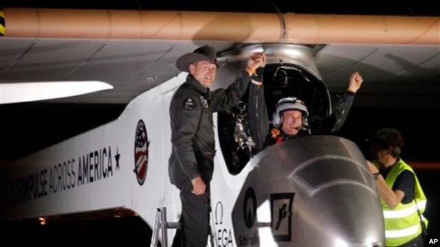 "Pilot, CEO dan penemu pesawat bertenaga surya ""Solar Impulse"", Andre Borschberg (kiri) menyambut pilot Bertrand Piccard di Bandara Internasional Sky Harbor di Phoenix, Sabtu dini hari (4/5) pasca penerbangan perdana lintas Amerika. Pesawat tersebut menempuh penerbangan selama 20 jam dari California utara."