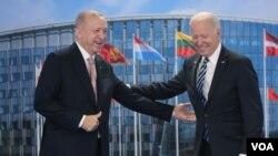 Presiden AS Joe Biden (kanan) bertemu Presiden Turki Recep Tayyip Erdoğan di Brussel, Senin (14/6).