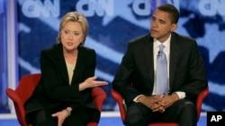 عکسی از سال ۲۰۰۷ زمانی که اوباما و کلینتون رقیب بودند.