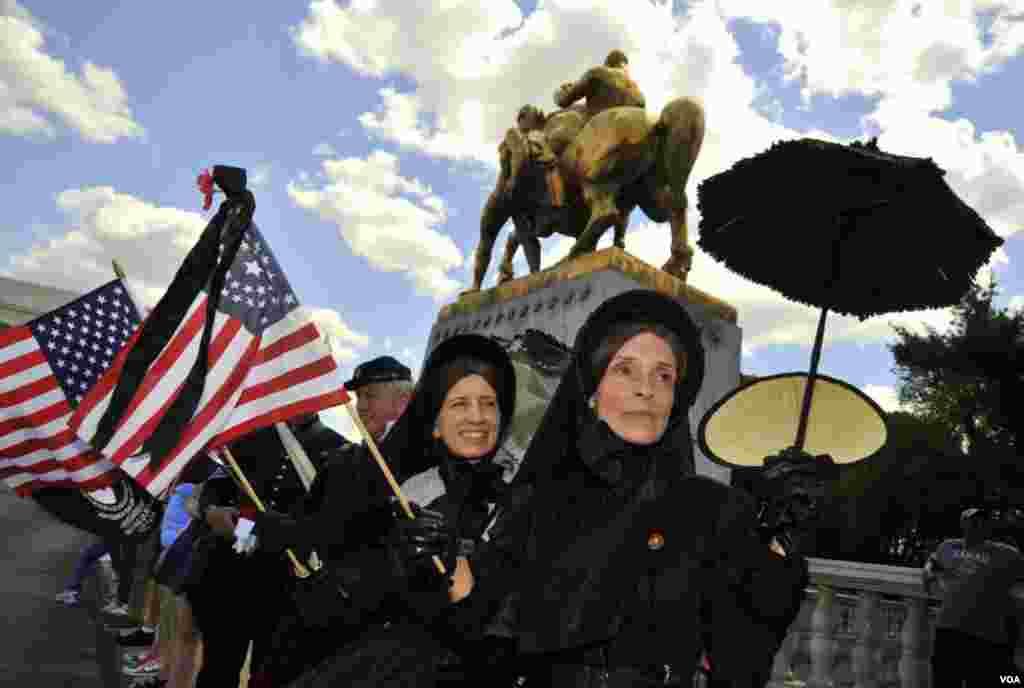 Встречающие парад. Женщины в черном – так выглядели вдовы солдат, погибших в Гражданской войне