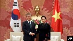 Chủ tịch Quốc hội Việt Nam Nguyễn Thị Kim Ngân (phải) và Tổng thống Hàn Quốc Moon Jae-in tại trụ sở quốc hội ở Hà Nội ngày 23/3/2018. Trong phái đoàn của bà Ngân thăm Hàn Quốc tháng 12/2018, 9 người đã trốn ở lại, theo truyền thông Hàn Quốc.