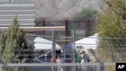 被拘留人员出现在德克萨斯州用于收纳被拆散家庭的帐篷前。(2018年6月21日)
