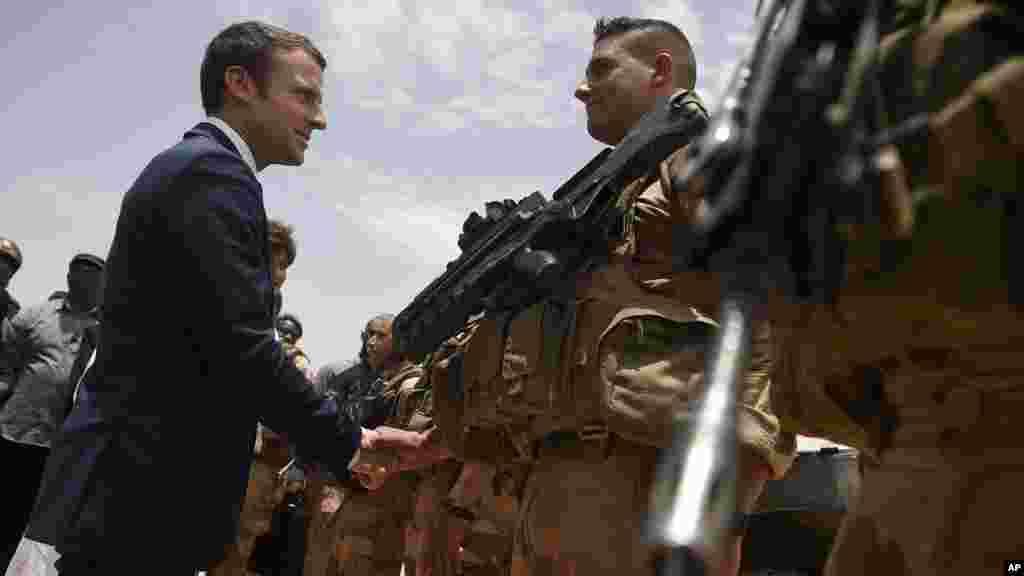 Le président français, Emmanuel Macron, visite les soldats de l'opération Barkhane, la plus grande opération militaire française hors de France, à Gao, dans le nord du Mali, le 19 mai 2017.