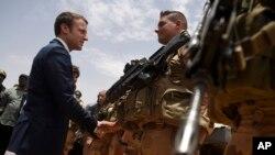 Serokê nû yê Fransa Emmanuel Macron li gel hind leşkerên Fransî li dervey welat