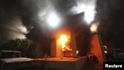 11일 습격으로 인해 화염에 휩싸인 리비아 벵가지 주재 미국 영사관.