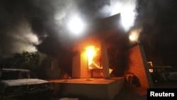 El consulado estadounidense envuelto en llamas tras el ataque de milicianos de al-Qaeda, el 11 de septiembre de 2012.