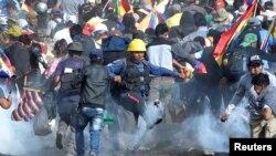 Cocaleros partidarios del expresidente Evo Morales chocan con la policía y el ejército en Sacaba, un pueblo del centro de Bolivia, el 15 de noviembre de 2019.