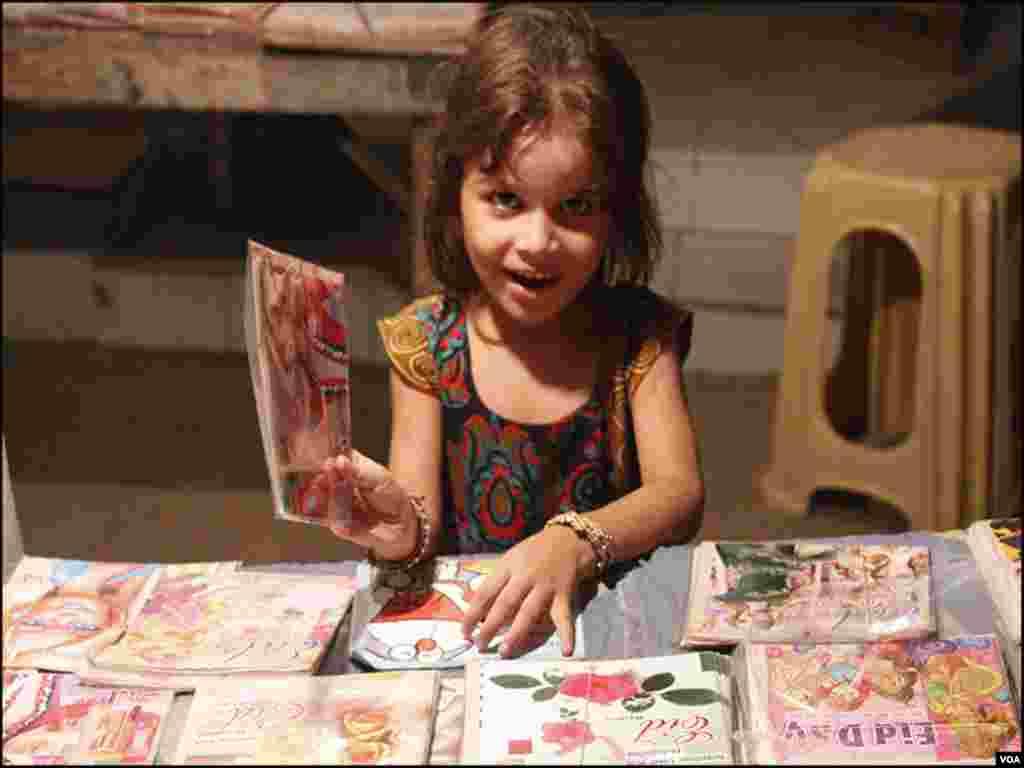 عید کارڈز سمیت 'عید مبارک' والے لفافے بھی مارکیٹ میں دستیاب ہین، جو عیدی دینے میں بھی استعمال ہوتے ہیں