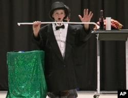 马提奥力和小观众表演魔术