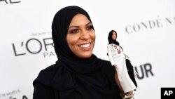 ابتهاج محمد شمشیر باز آمریکایی در مراسم اهدای جوایز زن سال مجله «گلمور» با اولین عروسک باربی با حجاب - نیویورک، ۱۳ نوامبر ۲۰۱۷