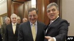 Turkiya Prezidenti Abdulla Gul (o'ngda) AQSh Mudofaa vaziri Leon Panetta bilan, Anqara, 16-dekabr, 2011