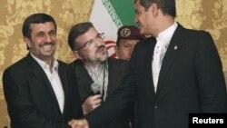 Los presidentes de Ecuador, Rafael Correa (derecha), y de Irán, Mahmud Ahmadinejad, en el palacio de Carondelet, en Quito, el 12 de enero de 2012.