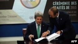 Ngoại trưởng Hoa Kỳ John Kerry ký Hiệp ước Buôn bán Vũ khí hôm 25 tháng 9, 2013, trong thời gian Đại hội đồng Liên hiệp quốc họp thường niên tại New York