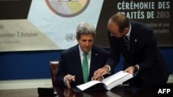 2013年9月25日美國國務卿克里簽署《國際武器貿易條約》條約