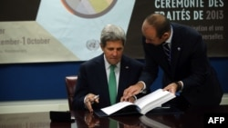 美国国务卿克里签署《国际武器贸易条约》条约