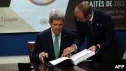جان کری، وزیر خارجه امریکا حین امضای پیمان تسلیحات ملل متحد