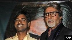 """Sušil Kumar sa voditeljem kviza """"Želite li da postanete milioner""""?, indijskim glumcem Amitabom Bačanom"""