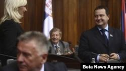 Predsednik Vlade Srbije Ivica Dačić i ministarka energetike Zorana Mihajlovic razgovaraju pred pocetak sednice Skupstine Srbije (arhivski snimak)