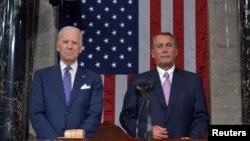 Phó Tổng thống Mỹ Joe Biden (trái) và Chủ tịch Hạ viện Mỹ John Boehner chờ Tổng thống Obama đọc bài diễn văn Tình trạng Liên bang trong phiên họp chung của Quốc hội ở Điện Capitol ở Washington, 20/1/2015.