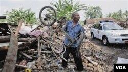 Seorang korban gempa menyisir puing-puing reruntuhan rumahnya di Bantul, Yogyakarta tahun 2006 silam (foto: dok).
