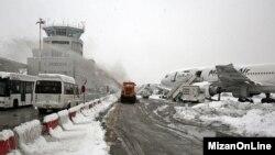 بارش برف در فرودگاه مشهد منجر به تاخیر پروازها شد.