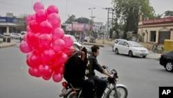 لاہور کی ایک سڑک پر نوجوان ویلنٹائنز ڈے کی تیاری میں مصروف