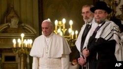 El papa Francisco flanqueado por el rabino Riccardo Di Segni, escuchó un coro al fin de su visita a la Gran Sinagoga de Roma, el domingo, 17 de enero de 2016.