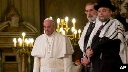 Папа римский Франциск (крайний слева) в римской синагоге. Италия. 17 января 2016 г.